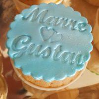 Gevulde cupcake, met frosting en decoratie.